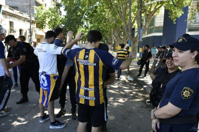 Una persona fue detenida en el ingreso al estadio de Central por portar un arma blanca.