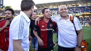 Maxi Rodríguez festeja junto a integrantes del cuerpo técnico leproso tras el gran triunfo en el Gigante.