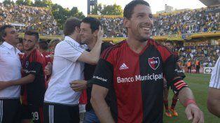 Maxi Rodríguez no se puede sacar la felicidad del rostro. Hizo el gol del triunfo en el clásico y en el Gigante.