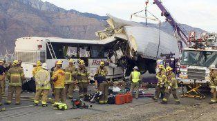 Pavoroso. El ómnibus quedó empotrado contra el transporte en California.