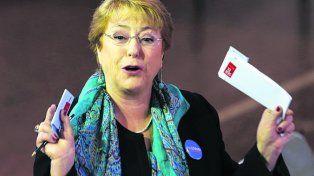 Perdió. La mandataria socialista al votar en Santiago. No pasó la prueba.