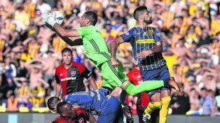 Seguridad. Pocrnjic se queda con la pelota tras un centro antes que Menosse pudiera conectar de cabeza.
