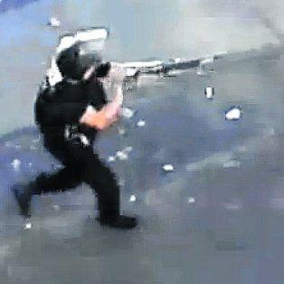 Apuntó y tiró. Un policía dispara a hinchas que salían del estadio. Algunos reaccionaron.
