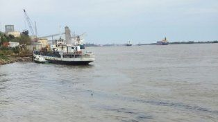 El derrame tiñó el río Paraná.