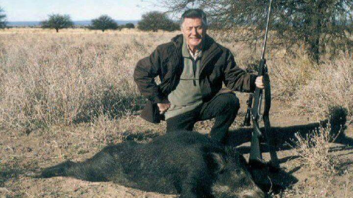 En Twitter se divulgaron imágenes de Lucho Avilés cazando jabalíes.
