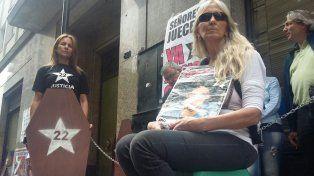 Marcela Nisoria y Claudia Vaio encabezaron el reclamo hoy en la puerta de Litoral Gas.