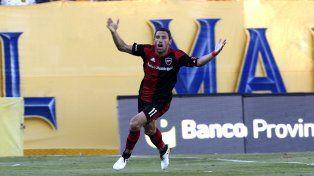 La Fiera festeja tras conseguir el gol del triunfo en el Gigante de Arroyito.