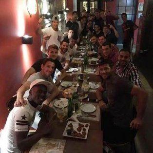 el plantel de newells festejo el triunfo en el clasico en un bar de avenida pellegrini