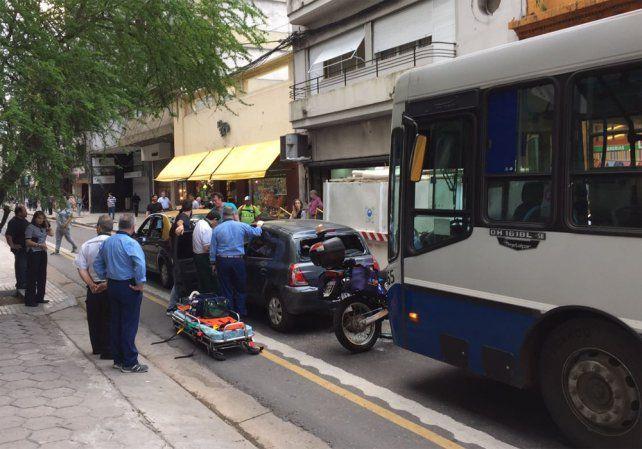El choque en cadena se dio en la zona de Rioja y Mitre. Una mujer resultó herida.