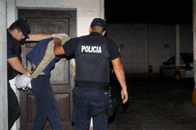 Detenido. La policía conduce a Zalazar tras su declaración indagatoria.