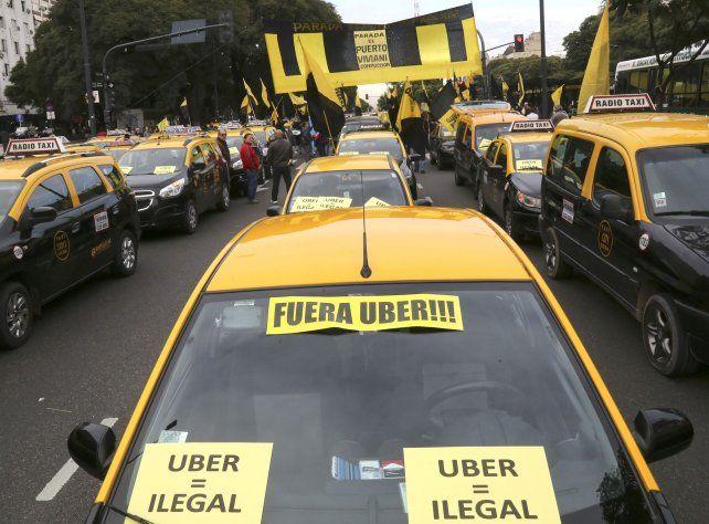 La guerra de los taxis. Los tacheros porteños luchan contra Uber.