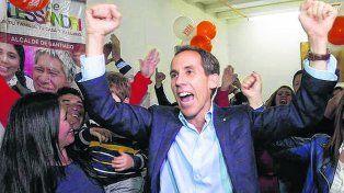 Festejo. El candidato Felipe Alessandri ganó en Santiago y derrotó a la favorita