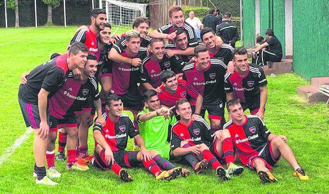 Para la posteridad. Los pibes de la 4ª leprosa festejan el campeonato luego de ganarle 2-1 a Ferro en Pontevedra.