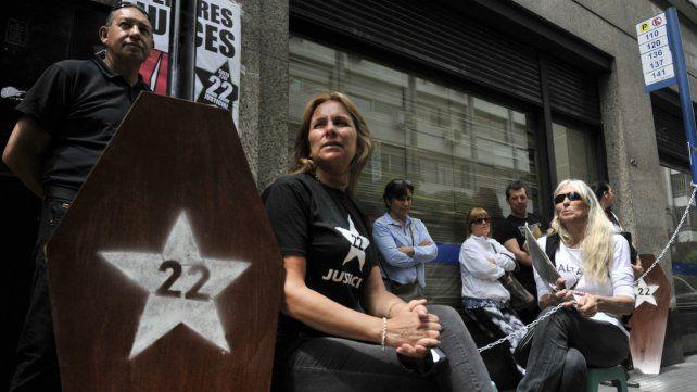 Familiares de las víctimas de calle Salta se encadenaron en las puertas de Litoral Gas.