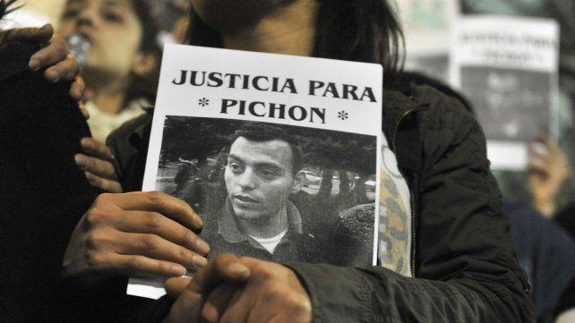 Pichón Escobar fue visto con vida al salir de un bar de Tucumán de 1000. En la calle le sometieron a una golpiza y su cuerpo apareció una semana después en el río.
