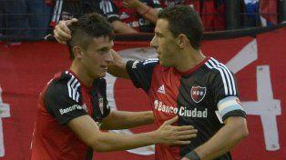 Fertoli y Maxi Rodríguez. Al final del partido, el juvenil volante leproso pudo quedarse con la camiseta de su ídolo.