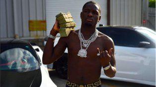 El indignante video de un rapero que le tira dinero a un grupo de indigentes para que se peleen
