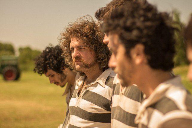 A Jugar por todo. El hijo de Dios gira en torno a un partido de fútbol que decidirá la libertad de tres amigos.