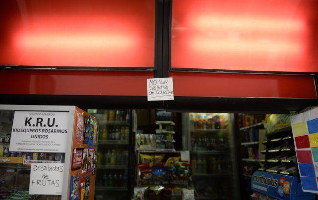 Sin servicio. El cartel en el centro del ingreso a un kiosco advertía ayer que no había sistema para recargar la Movi.