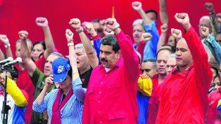 Puños cerrados. Maduro fue recibido a su regreso de Roma con un acto en el que denunció otra vez a la Asamblea.