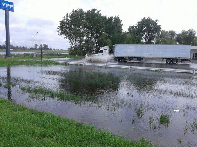 Al límite. El agua ya alcanzó el nivel de la calzada de la ruta 7 y el tránsito corre serio riesgo de quedar interrumpido.