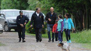 Inspección. Dos integrantes de la Policía (a la izquierda) junto al padre y la madre del niño que tiró.