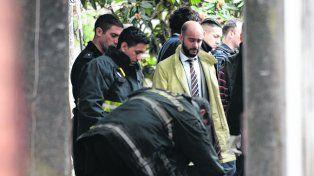 En el lugar. El fiscal Pablo Pinto (de corbata) en la escena del crimen de Zaya.