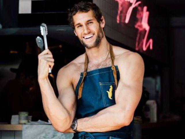 El chef más sexy del mundo bate récord con recetas ricas que presenta en calzoncillos