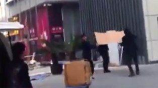 Policías intentaron salvar a un suicida con un trozo de cartón