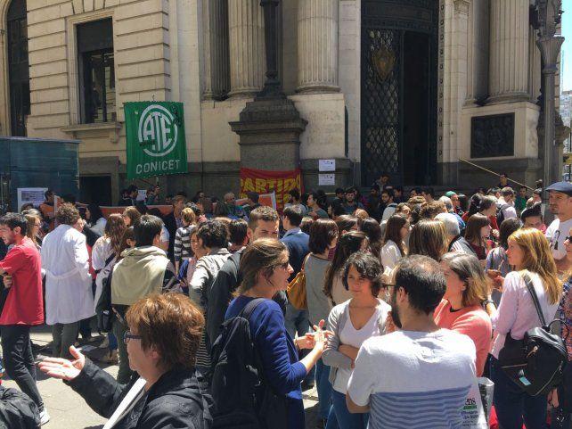 Los científicos del Conicet y los docentes universitarios coparon la esquina de Córdoba y Corrientes.