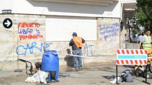 Sin repudio. Un operario limpia la pared de una casa. Los concejales no repudiaron lo sucedido.