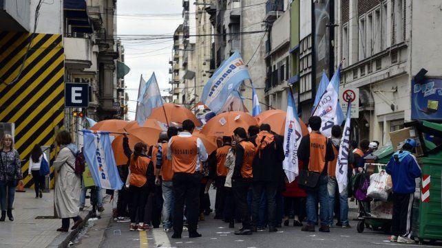 Los empleados bancarios paran hoy en todo el país y piden reabrir las paritarias