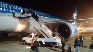 Tras el susto, los pasajeros descendieron del avión y aguardaron la reprogramación del vuelo.