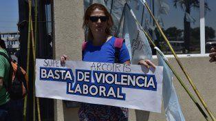 Los mercantiles realizaron una protesta frente al supermercado donde trabaja el ejecutivo denunciado por acoso sexual.