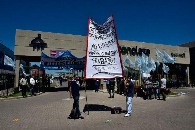 Empleados de Comercio llevó adelante hoy una protesta frente a la sede del supermercado en Fisherton.