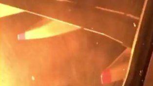 Un video registrado por un pasajero muestra el momento en que se incendió la turbina del avión de Aerolíneas.