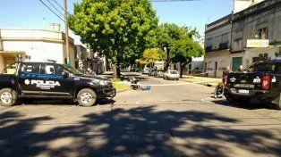El conductor de una motocicleta sufrió graves heridas al chocar con una camioneta en la zona sur.