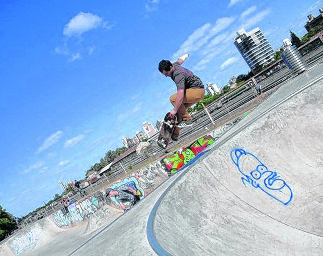 A volar. La pista tiene unos 1.600 m2. Mide 88 metros de largo por 19 de ancho. Los skaters están de parabienes.