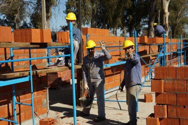 Una mano. El objetivo es ayudar a pequeños y medianos constructores.