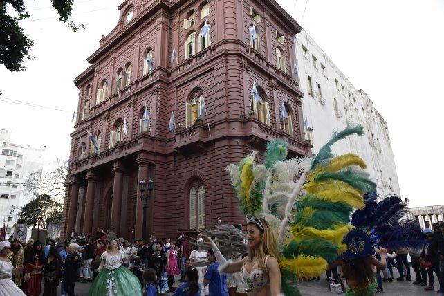 Ritmo y belleza. La fiesta se presentó en las escalinatas de la Municipalidad.