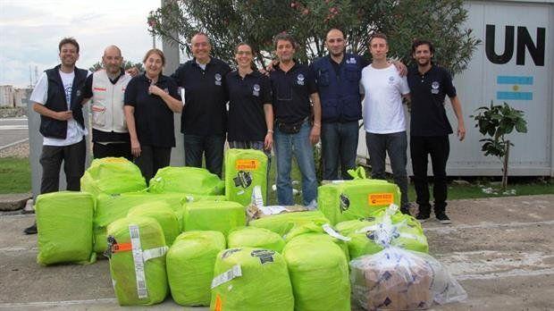 Ayuda. La delegación argentina estuvo en la isla devastada por un huracán.