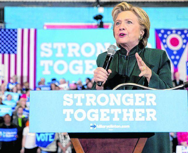Mal momento. Las investigaciones complican a la candidata demócrata cuando faltan 11 días para los comicios.