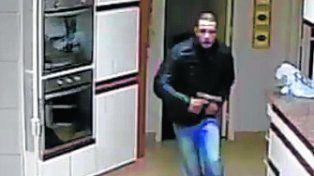 Escape. Los homicidas quedaron registrados en la cámara de la cocina de la casa.
