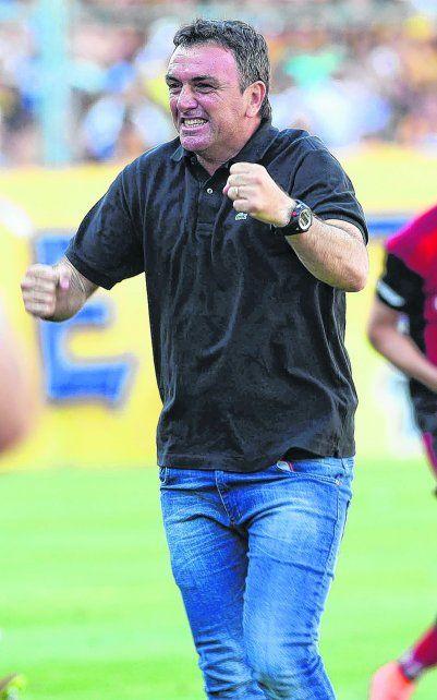Puños apretados. El técnico rojinegro desata su euforia tras ganar el clásico. El nuevo desafío que se le presenta es San Lorenzo.