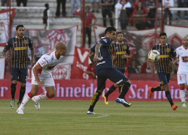 Germán Herrera trata de controlar la pelota.