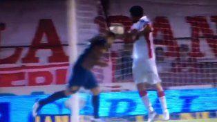 La polémica acción provocó el enojo del Chacho Coudet con el árbitro.