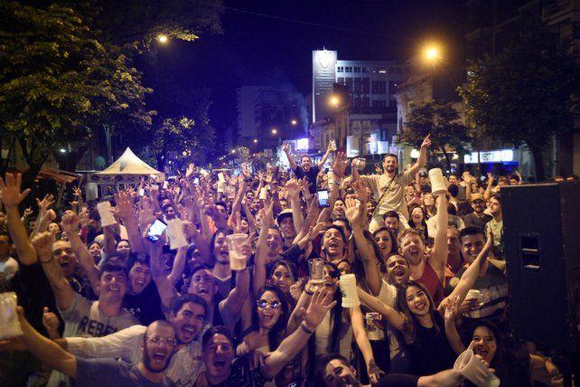Miles de personas se unieron al festejo sobre la avenida Pellegrini.