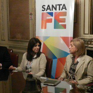Encuentro. El secretario de Hábitat, Diego Leone, y la diputada Clara García, ante escribanos.
