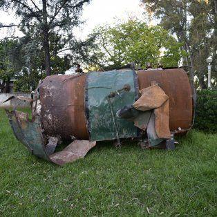A resguardo. El inmenso calentador, que en junio voló en plena madrugada, tuvo que ser retirado con una grúa del predio de Tablada.