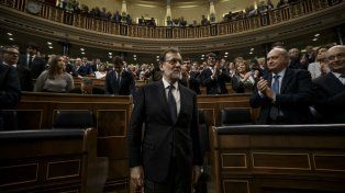 Histórica votación. El candidato del PP recibe los aplausos de los diputados tras lograr la investidura presidencial.